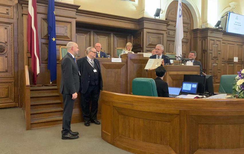 Latvijoje ministrui A. Verygai įteikiamas apdovanojimas